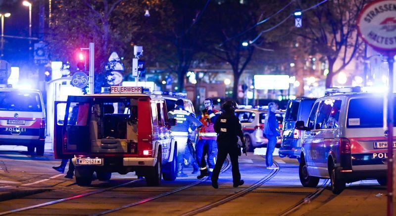 Bécsi merénylet: Legalább három halálos áldozat, egy elkövető után hajtóvadászat indult