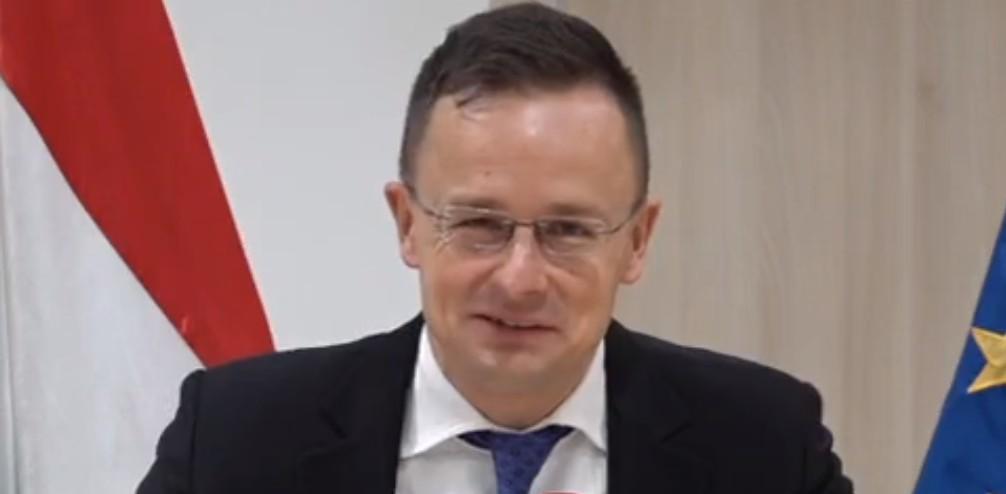 Szijjártó alternatív valóságában az Európai Unió miatt kényszerülnek a magyarok az orosz oltásra